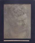 """PIERRE-PAUL PRUD´HORN (França, 1758 /1823) Desenhista e pintor da corte de Napoleão Bonaparte - Estudo de figura clássica masculina. Desenho à carvão e pastel branco (black and white charcoal) s/ papel azul acinzentado. Med. 37,5 x 29 cm ( folha). Emoldurado. Com dedicatória em francês parcialmente visível na parte inferior do rodapé: """"Etude de .... par P.P PRUDHORN pour son ami Fasbeman, paintre et professeur de la ......... en 1808."""" Obra rara e com cotação internacional. Possui restauros antigos no verso, com menos de 0,5 cm e na borda inferior direita ----> COTAÇÃO: http://www.sothebys.com/en/auctions/ecatalogue/2015/old-master-british-drawings-l15040/lot.135.html . Prud´Horn é considerado um mais importantes expoentes do desenho e pintura Neoclássica e Romântica da virada do séc XIX, executando importantes obras para a corte de Napoleão Bonaparte. ----> VEJA REFERÊNCIA: https://www.culturewhisper.com/r/article/preview/4800 ---> http://www.artistdaily.com/blogs/learn-from-the-masters/masters-the-academy-drawings-of-pierre-paul-prudhon ---> OUTRAS COTAÇÕES: http://www.christies.com/lotfinder/drawings-watercolors/pierre-paul-prudhon-tete-de-jeune-homme-vue-5060269-details.aspx?from=searchresults&intObjectID=5060269&sid=052e2e68-4ab1-4804-8ad9-265de9f4aea8 --> https://www.mutualart.com/Artwork/A-Genius-in-Flight-holding-Drapery/1B551A03B82665CC"""