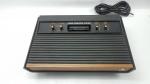 Atari 2600 em Madeira em  Excelente Estado de Conservação game lançado em 1977 (Apenas console, vídeo game foi comprado em um Grande lote,  de um grande colecionador do Rio de Janeiro, onde foi informado pelo mesmo que em teste o mesmo liga, não foi testado em nossa loja por isso não garantimos o funcionamento)
