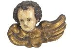 SÉC. XIX/XX - Antigo Anjo esculpido em bloco de madeira nobre, no estilo neo clássico, com policromia e aplicação em ouro. Dimensões: 18 cm X 22 cm X 8 cm (Alt./Larg./Prof.). cxx