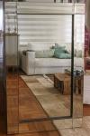 Elegante Espelho retangular, em cristal, com moldura bisotada, de grandes proporções. Dimensões: 120 cm X 70 cm (Alt./Larg.). RETIRADA POR CONTA DO ADQUIRENTE COM AGENDAMENTO NO LEBLON.