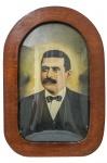 Antigo Porta Retrato de Parede, em madeira nobre, vidro bombê, com foto antiga de homem, colorida à mão. Dimensões: 59 cm X 39,5 cm (Alt./Larg.).