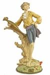 Belíssima Escultura, representando Fidalgo com Ânfora, executado em resina. Altura: 32 cm. Imperceptível trincado na perna direita. l