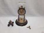 Relógio 400 Dias, alemão da marca Schutz com redoma em vidro e mostruário com cena galante de fundo. Funcionando perfeitamente. Medindo 30cm de altura total.