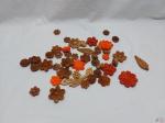 Lote de diversos apliques de flores em madeira colorida para artesanato. Medindo em média 6cm de diâmetro.
