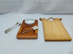 Lote composto de tábua para cortes, petisqueira com 3 garfos e 1 pinça pegador de gelo. Medindo a tábua para cortes 30cm x 18,5cm.