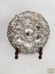 Prato  Medalhão Portugues c trabalhado  com Flores em relevo em Prata 90 A.Assinado .  ODM4.Medida: 26cm diametro .apresenta pequena perda borda