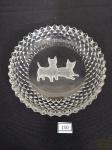 Petisqueira em Cristal Lapidado   possivelmente europeu ,ponta diamante com Cachorro ao fundo em Satine. Medida: 13 cm diâmetro.
