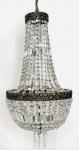 EUROPA - Palaciano lustre para 6 velas, com estrutura em bronze ormolu e correntes em cristal europeu transparente, ricamente lapidados no formato de diamantes e penduricalhos. Mede 80 x 36 cm.
