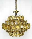Fabulosa luminária de teto e/ou lustre para três velas, com corpo em bronze e pingentes de cristal lapidado nas cores âmbar e transparente protegidos por argolas adornadas em volutas e arabescos em camadas sobrepostas. Mede 34 cm de altura x 40 cm de diâmetro.