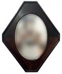 ART DECO - Sofisticado espelho em cristal bisotado no formato ovalado, protegido por elegante moldura de jacarandá no com design oitavado. Mede 47 cm x 58 cm.