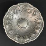 ALEMANHA SÉC XIX - Antigo e gracioso centro de mesa no formato arredondado, com estrutura em prata repuxada ricamente adornada com fartos cachos de uvas e folhas de parreira em relevo. Mede 20 cm de diametro e pesa aproximadamente 200 g.