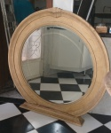 Esplendoroso e imponente espelho em pinho Inglês. Em cristal bisotado. Perfeito estado. Linda peça medindo 121cm de diâmetro com moldura e 91cm de diâmetro sem moldura.