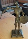 Escultura em bronze representando Dom Quixote.  mede 35cm de altura e 23cm da lança ao escudo