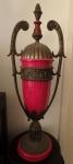 Espetacular Ânfora, resina vermelha e metal, em ótimo estado, decorado com elementos neoclássicos. Alt. 67cm