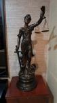 Espetacular escultura da Justiça em petit-bronze patinado , toda trabalhada e partes em alto relevo -  med. 1.00 m.