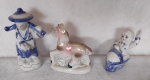 Lote com 3 estatuetas de porcelana sendo um cavalo e um ancião e uma criança no trenó.