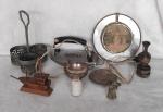Lote com 9 peças diversas, sendo 1 ferro antigo, 1 anjinho de bronze, 1 garrafinha de areia e barco de madeira e uma lamparina decorativa.