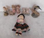 Lote com 6 peças, uma boneca de pano e 5 escultura de resina.