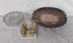 Lote com Cinzeiro de vidro, imagem de santa e centrinho de mesa em metal espessurado a prata.