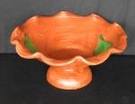 Interessante Centro de mesa/fruteira em cerâmica patinada e decorada com florais, bordas onduladas - Altura de 17cm e com 36cm de diâmetro.