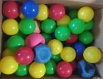 Caixa com diversas bolas utilizadas em brinquedo de criança com diversos modelos e cores com 84 bolas