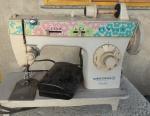 Antiga máquina de costura da marca SINGER bobina mágica facilita, 110V . Não testada,  Acompanha pedal.