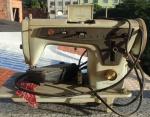 Antiga máquina de costura da marca SINGER MULTIPONTO, 110V, Não testada,  numeração 444435. . Acompanha pedal.