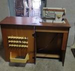 Antiga Máquina de Costura da Singer com gabinete em bom estado, pequenas perdas na placagem (vide foto).
