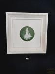 Quadro Decorativo com Aplique em Biscuit com Moldura em Madeira Branca. Medida: 24 cm x 24 cm.