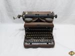 Antiga e rara maquina de escrever da marca Royal. Necessitando de limpeza.