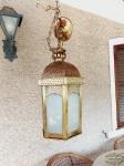 Luminaria Antiga Indiana em Metal Dourado Cinzelado Filigranado com Galerias em Vidro Leitoso. Medida:  42 cm altura