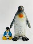 2 Pinguins em borracha, 23,5cm e 8,5cm . Lembre-se de questionar sobre todas as dúvidas até o dia anterior ao dia do pregão ao vivo! Produto vendido no ESTADO DE CONSERVAÇÃO atual. Antes de efetuar lances, leia  as informações importantes e os termos e condições com atenção! Dúvidas devem ser enviadas via Whatsapp 11 9 8877 2582 ou E-mail goldleiloes@outlook.com. Cuidado ao efetuar os lances! eles são irrevogáveis e irretratáveis!