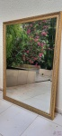 Lindo espelho em cristal bisotado com moldura em madeira entalhada com patina ouro. Medindo 120cm X 90cm.