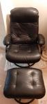 Poltrona long chaise com descanso de pé em revestida em couro ecológico, possui regulagem no encosto. Leve desgaste no braço, como ilustra as fotos.
