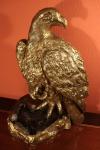 LUCY BLOCH. Grande Escultura em Bronze Polido sobre Rocha / Quartzo representando Águia Real pousada sobre rocha. Apresenta placa com assinatura da artista. Medidas; 53 X 42 X 26