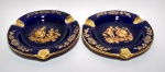 Lindo par de Cinzeiros em porcelana  Francesa - LIMOGES -. Na tonalidade azul cobalto, no fundo casal em cena galante. Bordas decoradas com florais a ouro. 15 cm diâmetro.