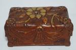 Antigo e Lindíssimo porta objetos em madeira nobre no formato de Baú , com  entalhe em alto-relevo de flores e laços. 20X11X9cm.