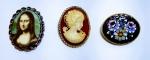3 Antigos e lindos broches em metal , confeccionados com diferentes materiais  MONALISA com imagem em porcelana -  MOSAICO de flores -  CAMAFEU  em baquelite. Medida maior: 5 X 4cm.