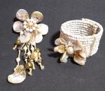 Lindo conjunto de Bracelete e broche, confeccionado em Miçangas e Madrepérola .