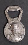 Antigo suvenir em metal Francês em metal cinzelado , representando Napoleão Bonaparte em alto relevo. Medindo: 8,5 X 5 X 1cm.