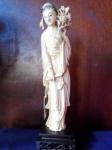 Muito BOA peça em MARFIM ORIENTAL : ESCULTURA em Bloco de Marfim representando figura  feminina com ricos detalhes . Acompanha caixa própria acolchoada que serve para acondicionar a peça. Escultura  medindo 24 cm , com 27,5 cm considerando uma peanha de 3,5 cm.