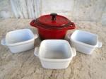 Quatro peças GOURMET : 1 petites Casseroles da cozinha francesa no tom vermelho degradée e tres potinhos com pegas laterais . Medidas 14 x 9 cm e potinhos quadrados 7 de lado e 4 de altura.