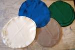 Vinte e quatro souplais de tecido fino para proteção da mesa e base para pratos , sendo 6 no tom azul petróleo, 6 verde musgo ,6 castor e 6 no tom creme. Medidas :Diâmetro 32 cm