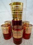 Coqueteleira e cinco copos em vidro vermelho com faixas em ouro , peças originais da década de 70. Coqueteleira com algum desgaste no ouro. Altura 20 e 8 cm - O ouro da coqueteleira está com um pouco de desgaste.