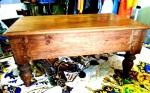 BANQUETA retangular em Madeira Maciça rústica , Marroquina , com duas almofadas alternativas. Comprimento 49 cm , 28 cm de largura e 23 cm de altura.